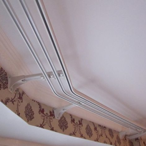Картинка гардина и уголок на потолке